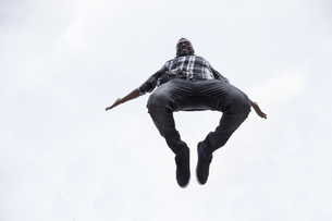 Happy young man jumping in the airの写真素材 [FYI04334033]