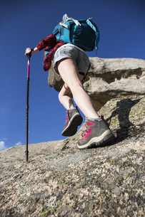 Spain, Madrid, young woman hiking on rocksの写真素材 [FYI04334035]