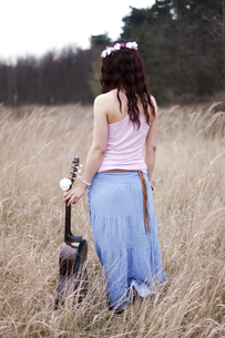Germany, Young woman with guitarの写真素材 [FYI04334045]