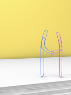 3D Rendering, paper clips holding handsのイラスト素材 [FYI04334078]