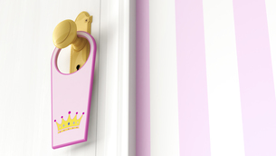 Tag with picture of a crown hanging on doorknobのイラスト素材 [FYI04334084]