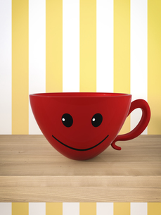Smiling red cup on a shelfのイラスト素材 [FYI04334093]