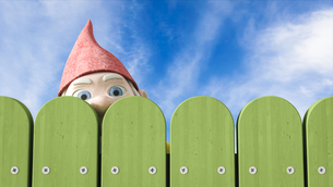 Garden gnome peeking over a green fence, 3D Renderingのイラスト素材 [FYI04334097]