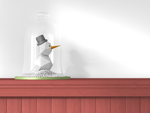Little toy snowman under bell jar standing on wooden wall clのイラスト素材 [FYI04334105]
