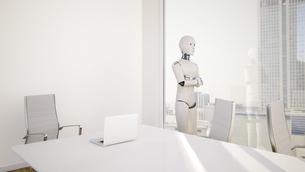 Robot in office, looking through windowのイラスト素材 [FYI04334179]