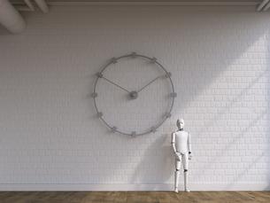 Robot standing under wall clockのイラスト素材 [FYI04334217]