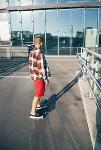 Teenager on skateboardの写真素材 [FYI04334247]