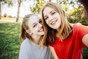 Two happy teenage girls taking a selfieの写真素材 [FYI04334252]