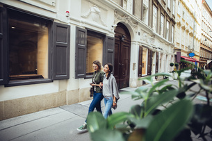 Austria, Vienna, two female friends exploring the old townの写真素材 [FYI04334257]