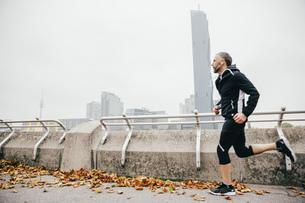 Austria, Vienna, athlete running on Donauinselの写真素材 [FYI04334269]