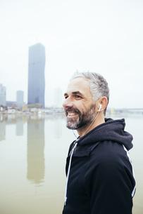 Austria, Vienna, portrait of smiling man with earphones on Dの写真素材 [FYI04334275]