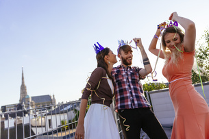 Austria, Vienna, Young people having a party on rooftop terrの写真素材 [FYI04334278]