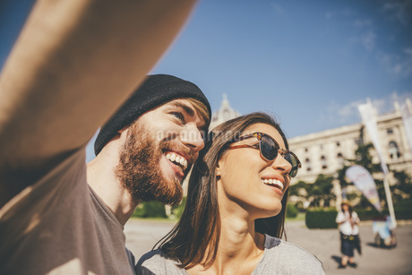 Young couple taking selfie in Viennaの写真素材 [FYI04334293]