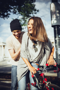 Austria, Vienna, young couple with bicycleの写真素材 [FYI04334294]