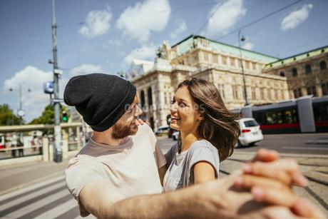 Austria, Vienna, happy young couple dancing Viennese waltz iの写真素材 [FYI04334297]