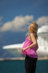 Greece, Young woman posing in front of cruise shipの写真素材 [FYI04334305]