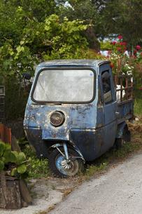 Greece, Ionic Islands, Corfu, old three wheel truckの写真素材 [FYI04334317]