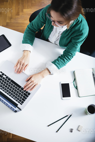 Young businesswoman working with laptop in the officeの写真素材 [FYI04334347]