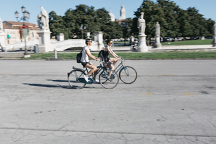 Italy, Padua, two young tourists riding bicycleの写真素材 [FYI04334370]