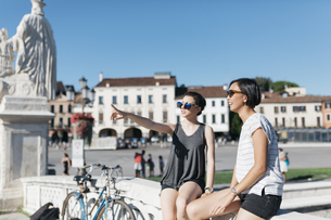 Italy Padua, two young women watching somethingの写真素材 [FYI04334377]