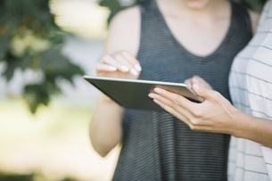 Two young women using tablet, close-upの写真素材 [FYI04334381]