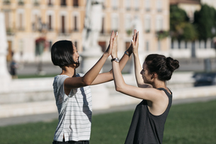 Italy, Padua, two best friends together in the city parkの写真素材 [FYI04334390]