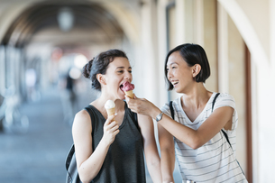 Two young women with ice cream conesの写真素材 [FYI04334394]