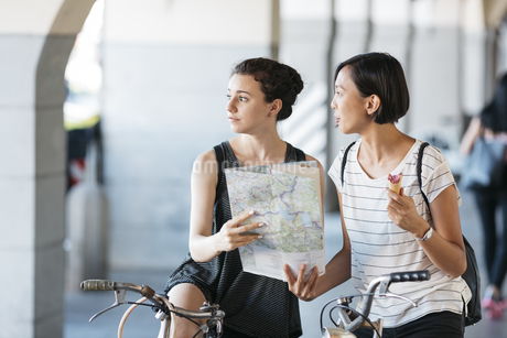 Italy, two young tourists with bicycles and mapの写真素材 [FYI04334397]