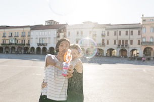 Italy, Padua, two young women with soap bubble machineの写真素材 [FYI04334398]