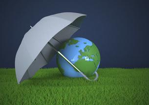 Globe with umbrella on green lawn, 3d illustrationのイラスト素材 [FYI04334418]