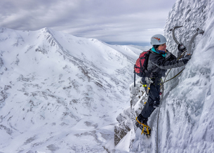 UK, Scotland, Glencoe, West Face Aonach Mor, woman ice climbの写真素材 [FYI04334434]