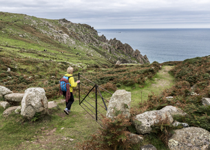 UK, Cornwall, woman at Commando Ridge climbing routeの写真素材 [FYI04334498]