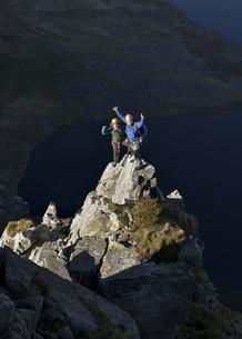 UK, North Wales, Snowdonia, Craig Cwm Silyn, two mountaineerの写真素材 [FYI04334520]