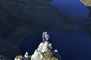 UK, North Wales, Snowdonia, Craig Cwm Silyn, two mountaineerの写真素材 [FYI04334521]