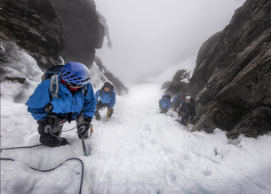 UK, Scotland, Ben Nevis, mountaineers at Number Two Gullyの写真素材 [FYI04334535]