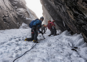 UK, Scotland, Ben Nevis, mountaineers at Number Two Gullyの写真素材 [FYI04334537]