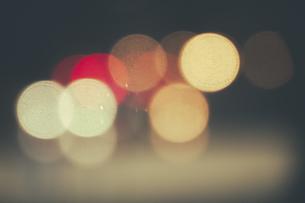 Brazil, Sao Paulo, Bokeh, lights at nightの写真素材 [FYI04334552]