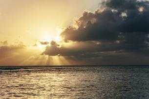USA, Hawaii, Oahu, Sunset with light rays on the seaの写真素材 [FYI04334560]