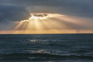 USA, Hawaii, Oahu, Sunset with light rays on the seaの写真素材 [FYI04334562]