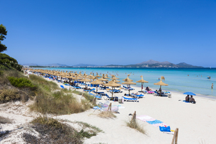 Spain, Mallorca, View of tourists in Playa de Muro beachの写真素材 [FYI04334569]