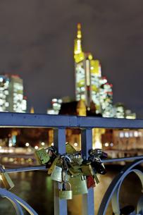 Germany, Hesse, Frankfurt, love locks at the railing of footの写真素材 [FYI04334575]