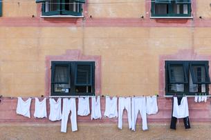 Italy, Liguria, Santa Margherita Ligure, Laundry on clotheslの写真素材 [FYI04334591]