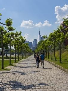 Germany, Hesse, Frankfurt, pedestrians in front of skylineの写真素材 [FYI04334605]
