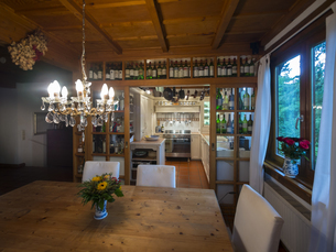 Dining table and county style kitchenの写真素材 [FYI04334634]