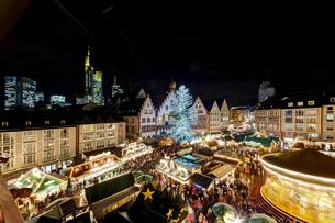 Germany, Hesse, Frankfurt, Christmas market at nightの写真素材 [FYI04334636]