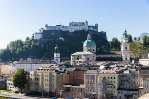 Austria, Salzburg, cityscape as seen from Kapuzinerbergの写真素材 [FYI04334651]