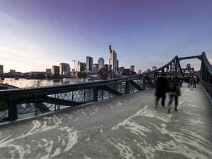 Germany, Hesse, Frankfurt, Financial district, Eiserner Stegの写真素材 [FYI04334677]