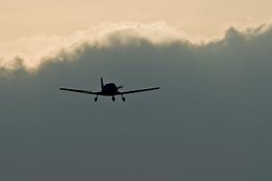 Sports plane, Piper, thundercloudの写真素材 [FYI04334683]