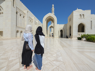 Oman, Muscat, Sultan Qaboos Grand Mosque, two female touristの写真素材 [FYI04334688]