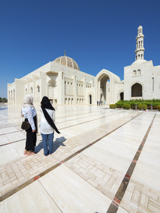 Oman, Muscat, Sultan Qaboos Grand Mosque, two female touristの写真素材 [FYI04334690]
